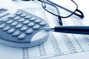 Persoonlijke lening berekenen met rekenmachine, pen en bril