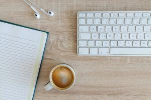 bureau met koffie en toetsenbord