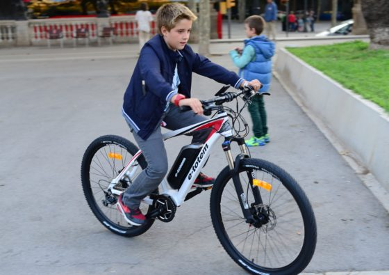 jongen op elektrische fiets