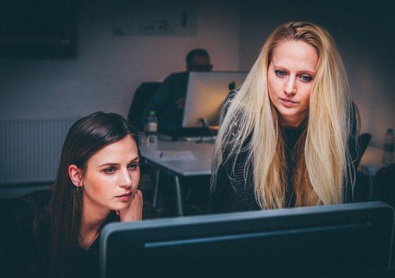 vrouwen die online geld lening zoeken